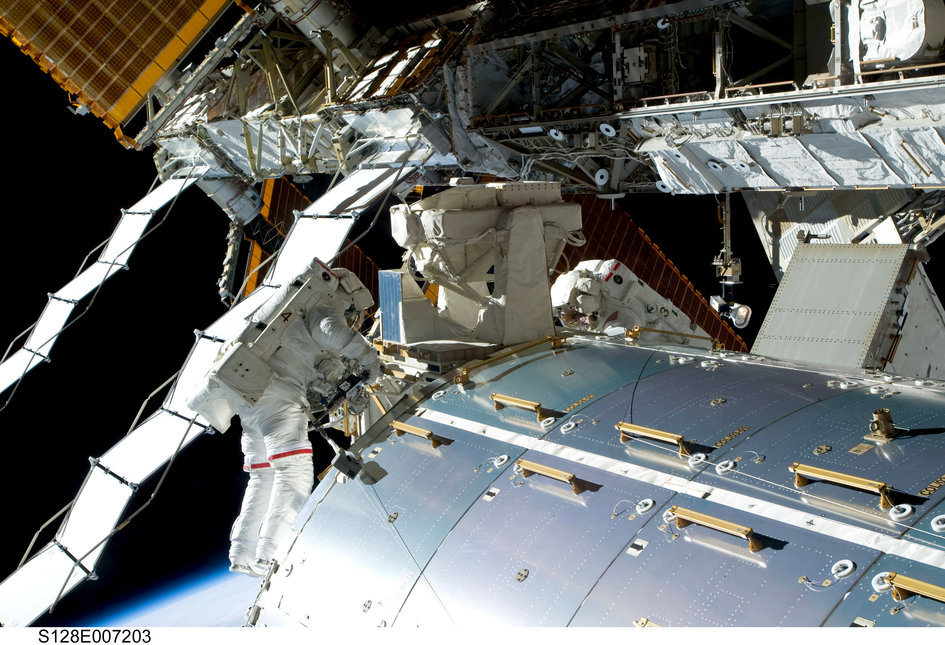Astronauts_work_outside_Columbus_to_remove_experiments_from_the_external_platform_fullwidth